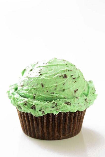 Cupcakes with Fluffy Mint Chocolate Chip Buttercream Frosting ...